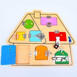 Otroška lesena hiška s ključavnico